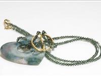 Herzlicher Stein in schimmernden Kristallen gefangen