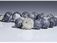 Silber Kugel, umgeben von graublauen Murmel